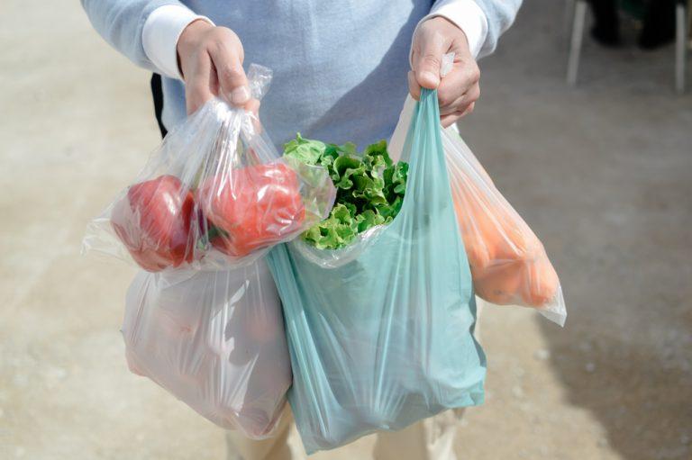 Μειώνονται οι λεπτές πλαστικές σακούλες, αλλά δεν μειώνεται η εξάρτησή μας από το πλαστικό!